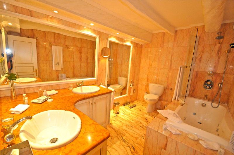 Chateau de la Chevre d'Or bathroom